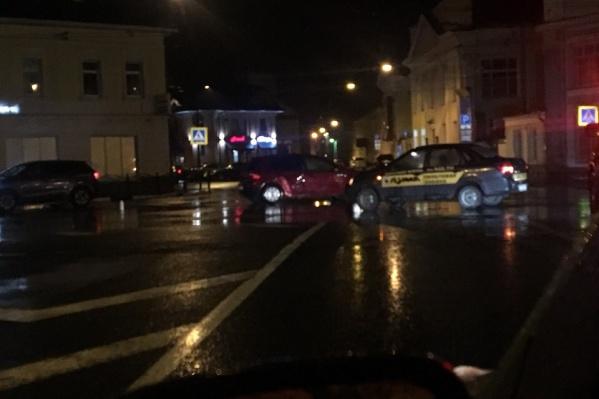 Машины перегородили въезд на улицу Максимова