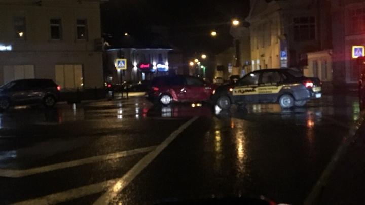 В центре Ярославля машина охранной фирмы столкнулась с «Фольксвагеном»