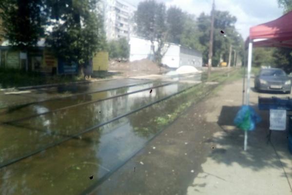 Вода затопила трамвайные пути