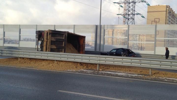 Движение на тюменской объездной частично перекрыли из-за перевернувшегося грузовика с песком