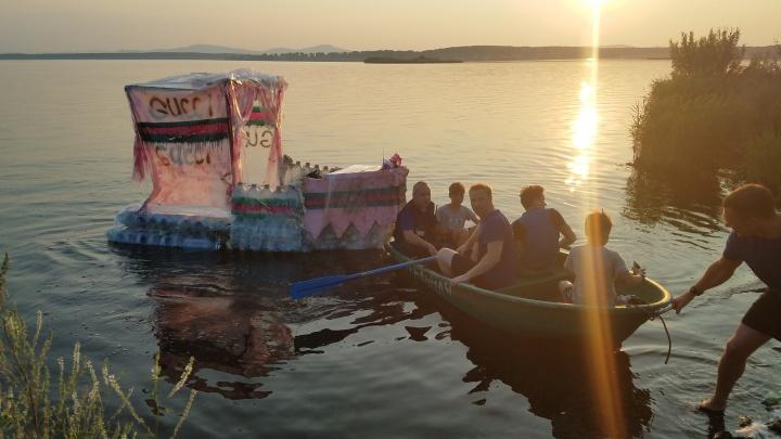 300 бутылок, скотч и пена: на Южном Урале спасатели поймали школьников на самодельном плоту