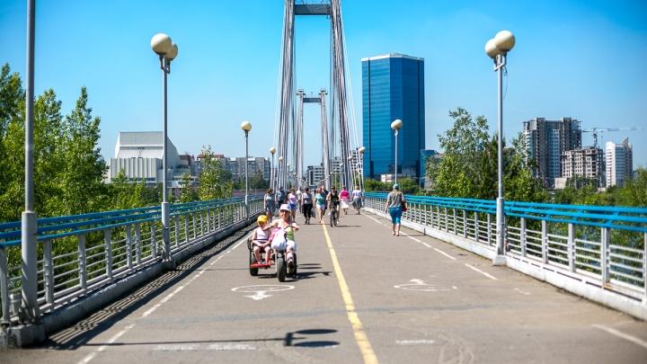 По Вантовому мосту проехал черный «Лексус». Велосипедистам там ездить запретили