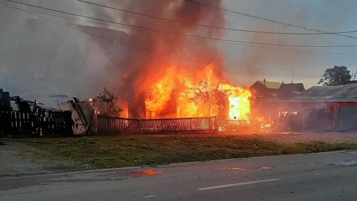 Ранним утром на Маяке случился пожар: полностью сгорел четырехквартирный дом