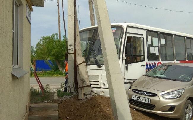 В Башкирии легковушка столкнулась с пассажирским автобусом