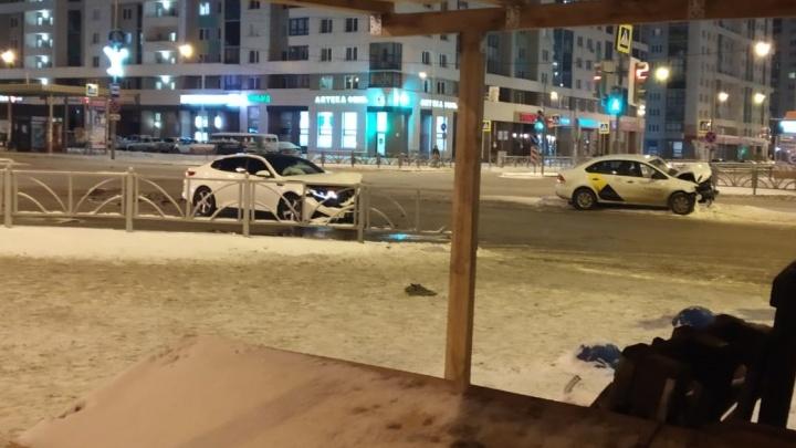 В Академическом столкнулисьKIA и машина такси, один из автомобилей отбросило к светофору