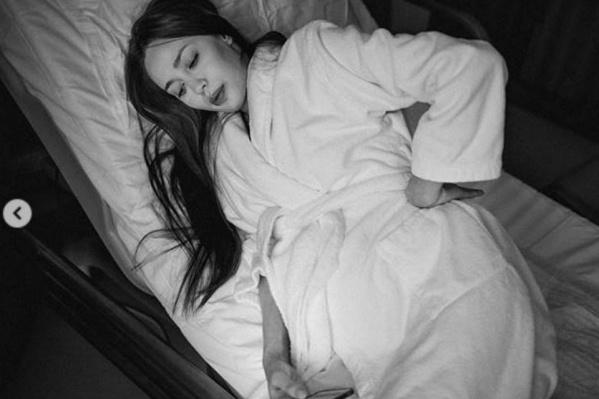 Анастасия Костенко говорит, что во время родов фотограф поправляла ей волосы и увлажняла губы