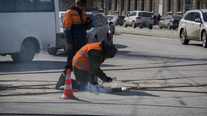 «Спать невозможно»: в Ленинском районе рабочие устроили ночной ремонт трамвайных путей