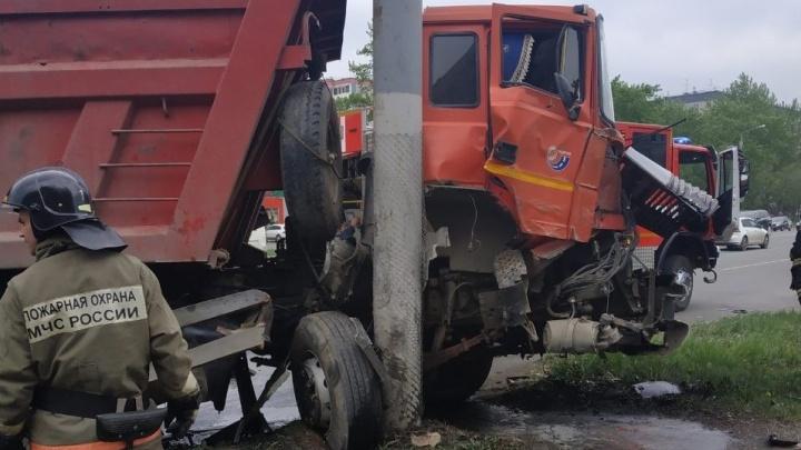Потерял сознание за рулём: грузовик на полном ходу врезался в столбна Северо-Западе Челябинска
