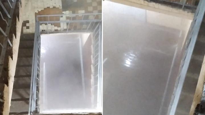 «Похоже на бассейн»: в Перми из-за лопнувшей трубы отопления подъезд пятиэтажки затопило кипятком