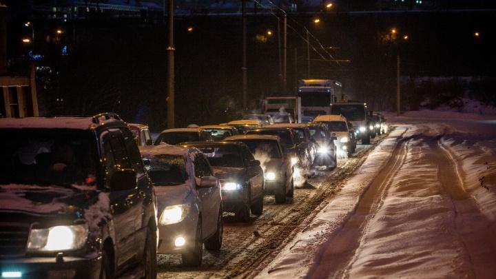 «Второй день одно и то же»: транспорт на левом берегу встал в огромную пробку