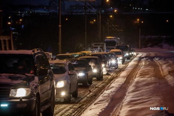 Проблемы с движением начались на подъезде к Димитровскому мосту с самого раннего утра