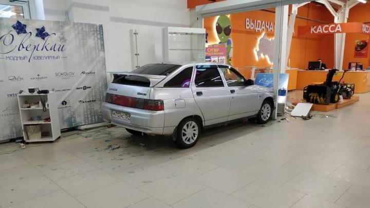 В Прикамье автомобиль без водителя въехал в магазин и снес ювелирный отдел. Видео