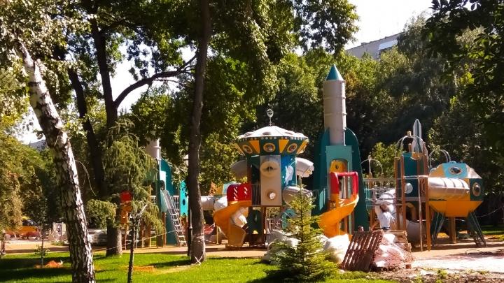Сквер Фадеева украсили космическими аттракционами