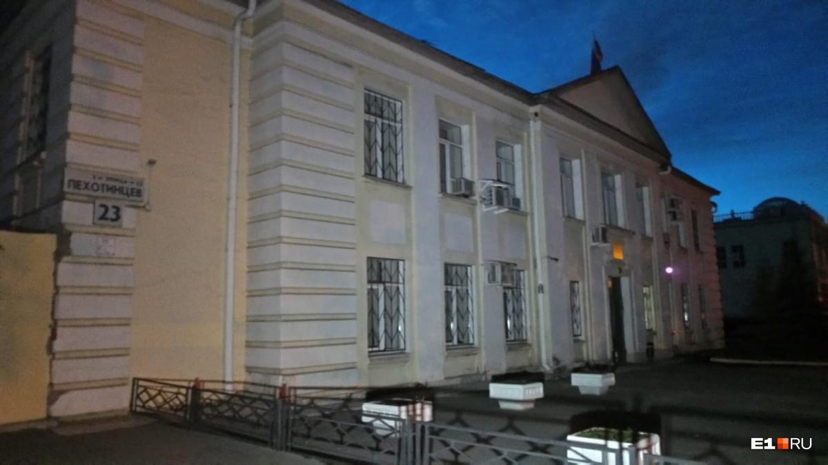 Трубопровод прорвало у здания районного суда