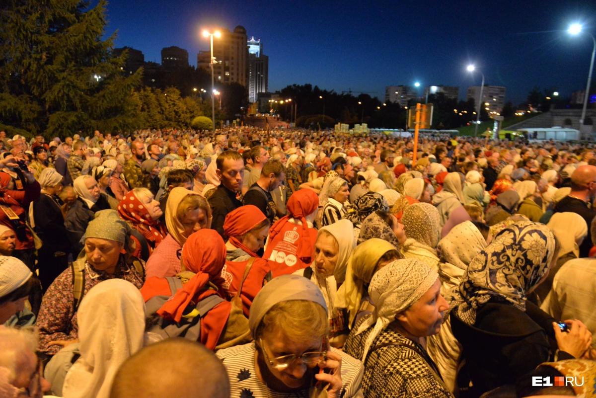 Огромная толпа паломников у Храма на Крови