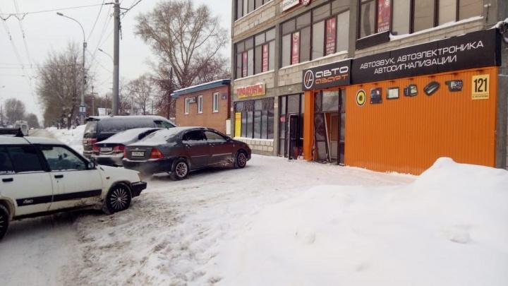 Таксист врезался в магазин на улице Бориса Богаткова и уехал с места ДТП