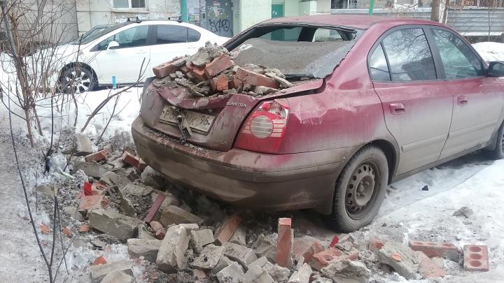 В Екатеринбурге на припаркованную иномарку рухнули кирпичи, отвалившиеся от трансформаторной будки