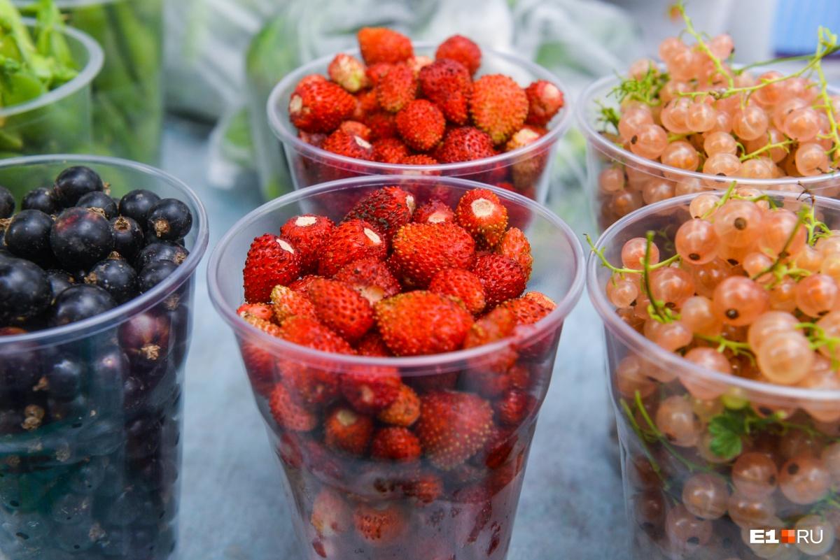 200 рублей за пол-литровый стаканчик ягод — кажется, дороговато, но сколько труда в это вложено
