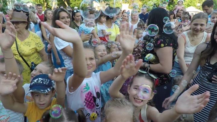 Несколько тысяч мыльных пузырей запустили на детском празднике в центре Волгограда