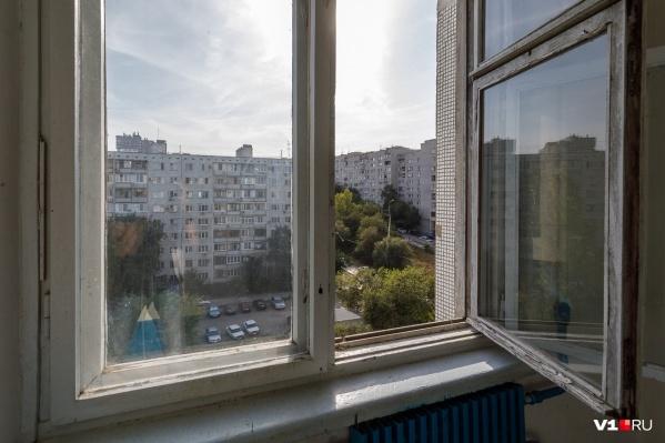 Очевидцы утверждают, что мужчина выпал с балкона одной из квартир