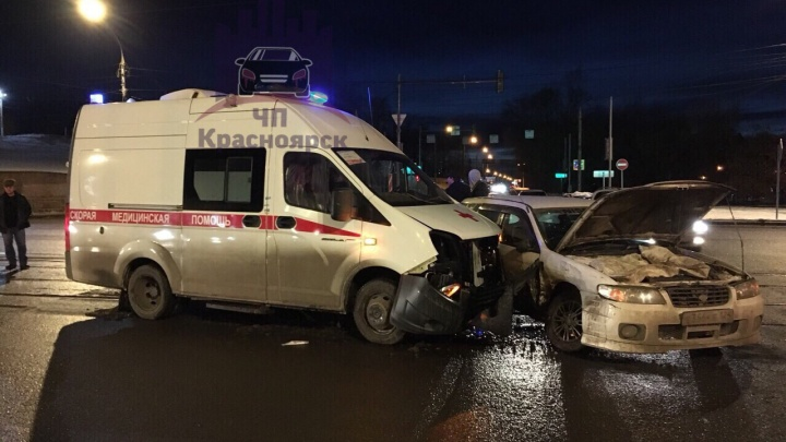 Лихач разбил на перекрестке новую машину скорой помощи