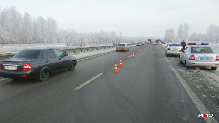 «Шёл посреди дороги»: на трассе под Челябинском иномарки дважды сбили одного и того же пешехода