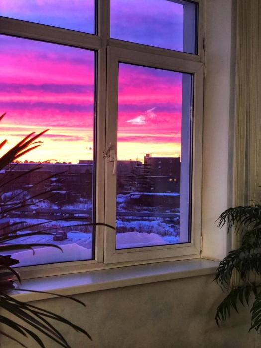 Кто-то поджег небо: над Екатеринбургом поднялся красно-розовый рассвет