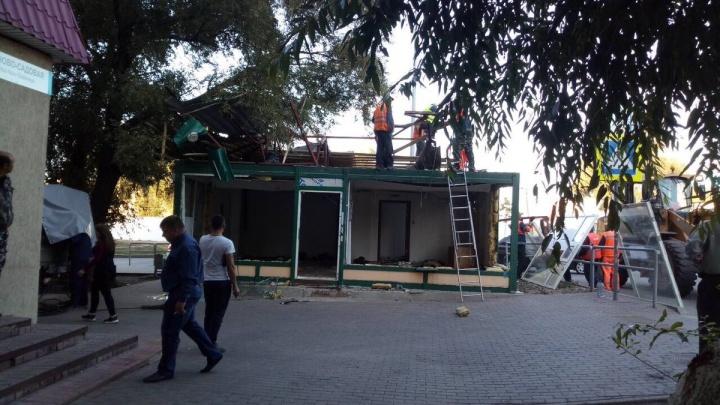«Ждали 18 лет»: на Ново-Садовой снесли магазинчик, чтобы сделать пешеходный переход