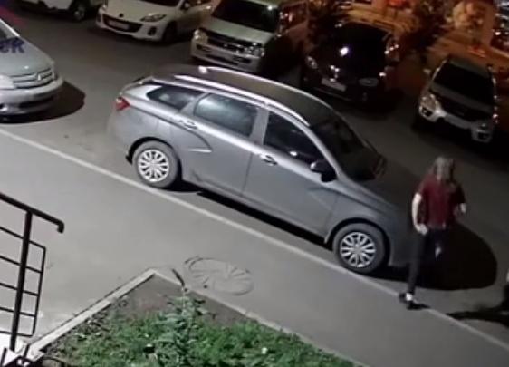 «Она хочет приключений»: девушка ночью бегала по крыше машины в «Покровском»