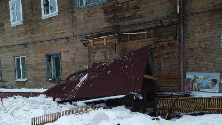 «В УК сказали, что это не критично»: у нескольких домов в Архангельске из-за снега рухнули козырьки