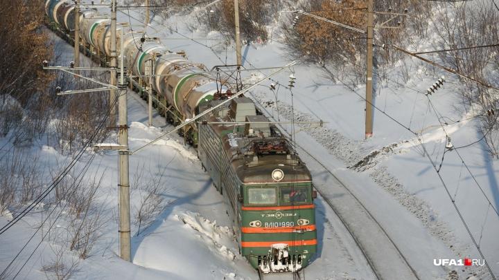 Не реагировал на сигналы: в Башкирии под колесами поезда погиб десятиклассник