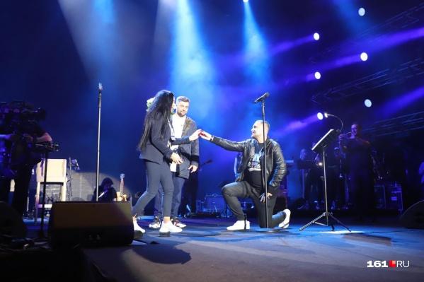 Молодой человек сделал своей девушке предложение прямо на сцене