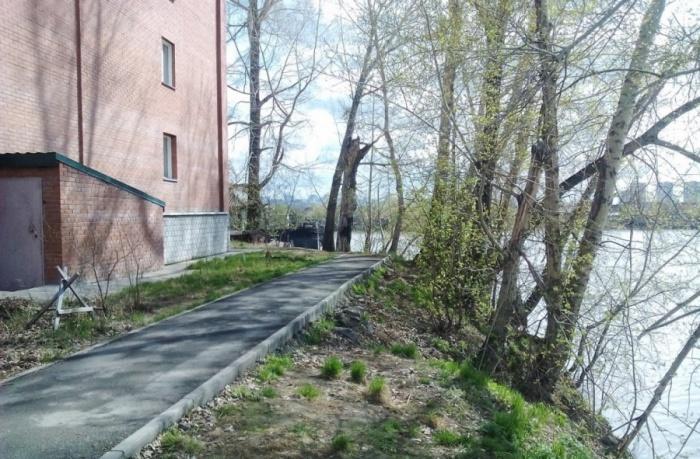 Дом находится в 8 метрах от Яринского затона. Жильцы опасаются, что он может в любой момент обрушиться