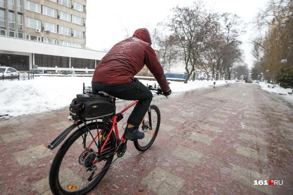 Катание на велосипеде под дождем по скользким улицам — развлечение для любителей экстрима