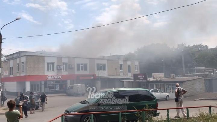В Ростове на Западном загорелся торговый центр