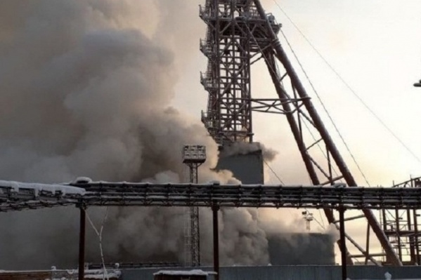 Момент пожара — из шахты валит дым