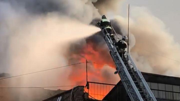 Один пожарный погиб: во Владикавказе загорелся завод, который принадлежит УГМК
