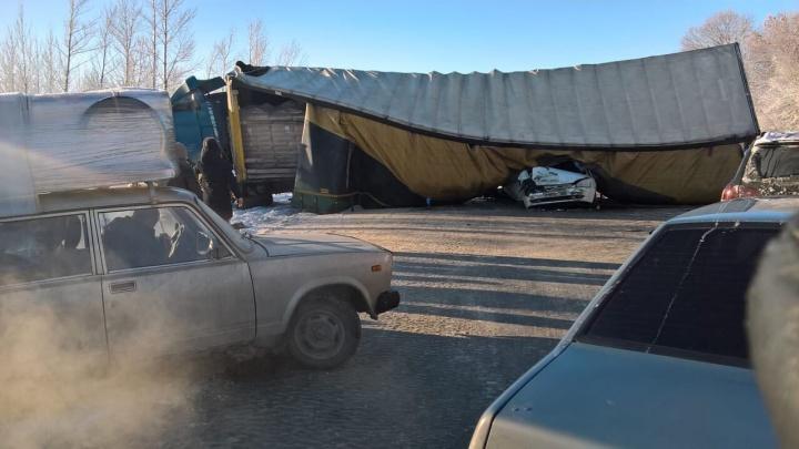 Весь автомобиль всмятку: в Самарской области фура раздавила легковушку