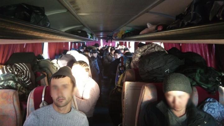 В Исилькуле задержали два автобуса с нелегалами