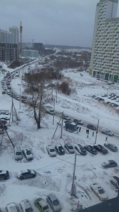 Улицы замело, машины буксуют, горожане помогают друг другу: онлайн-репортаж снежного Екатеринбурга