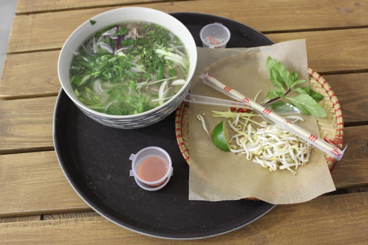 Порция супа фо во вьетнамской закусочной на Даниловском рынке (Москва)