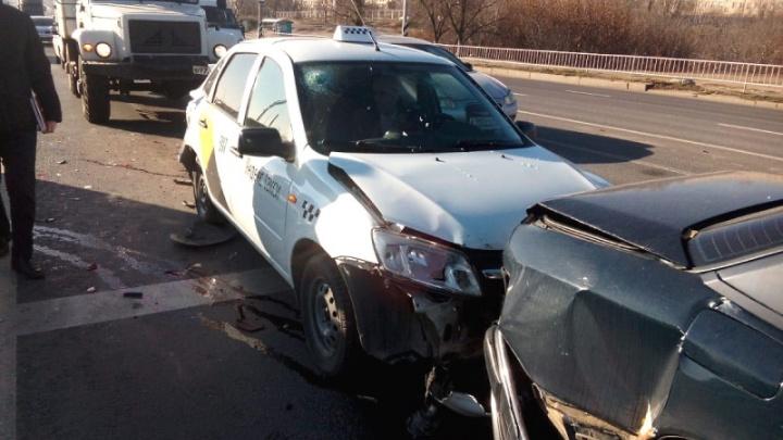 Пассажирка такси пострадала в тройной аварии в Волгограде