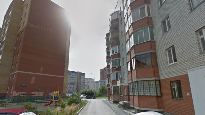 Двухлетний малыш выпал из окна многоэтажки на Широтной и остался жив