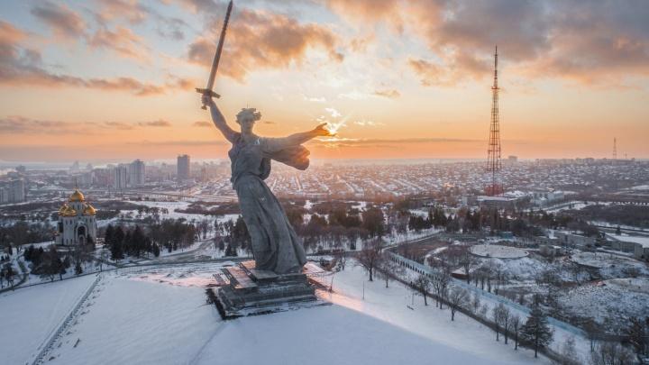 И «Родина-мать» с солнцем в руке: фотограф показал переливы зимнего заката в Волгограде