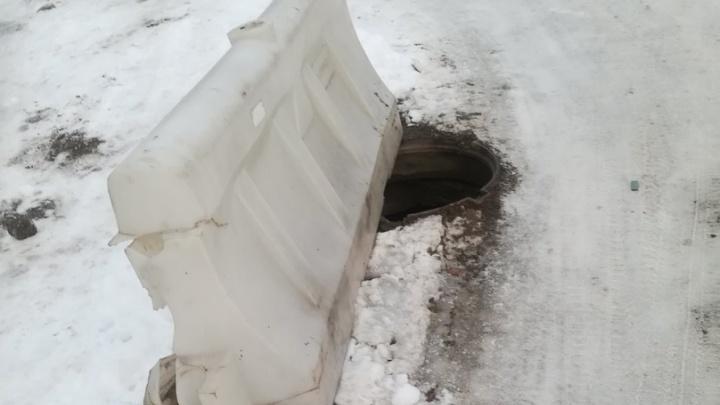 «На второй не хватило денег?»: волгоградцев от падения в люк «спасли» разбитым пластиковым блоком