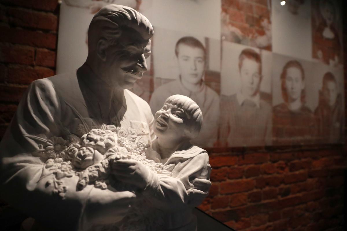 В книгу вошли более 100 снимков наследия сталинских лагерей