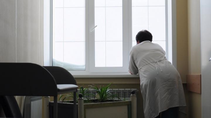 «На работу пешком, пить только воду»: медсёстрам поликлиники выдали по 3 тысячи — им не на что жить