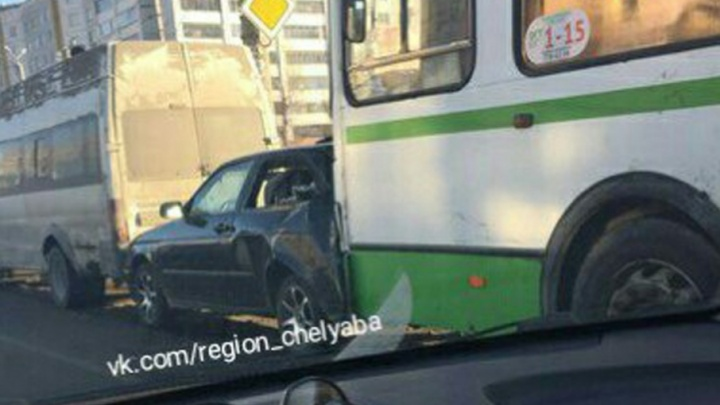 В Челябинске произошло крупное ДТП с участием автобуса