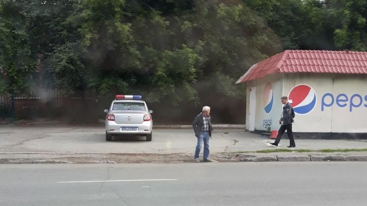 Я паркуюсь, как баран: (не) удивляемся госномеру О...ОО на газоне и патрульной машине на тротуаре