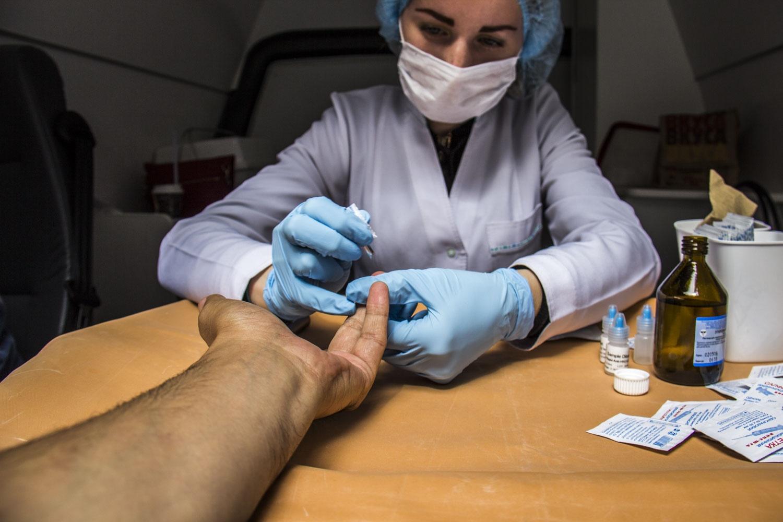 Врачи советуют каждому новосибирцу регулярно обследоваться на ВИЧ — для этого каждый месяц по городу ездят тест-мобили, где можно сдать экспресс-анализы